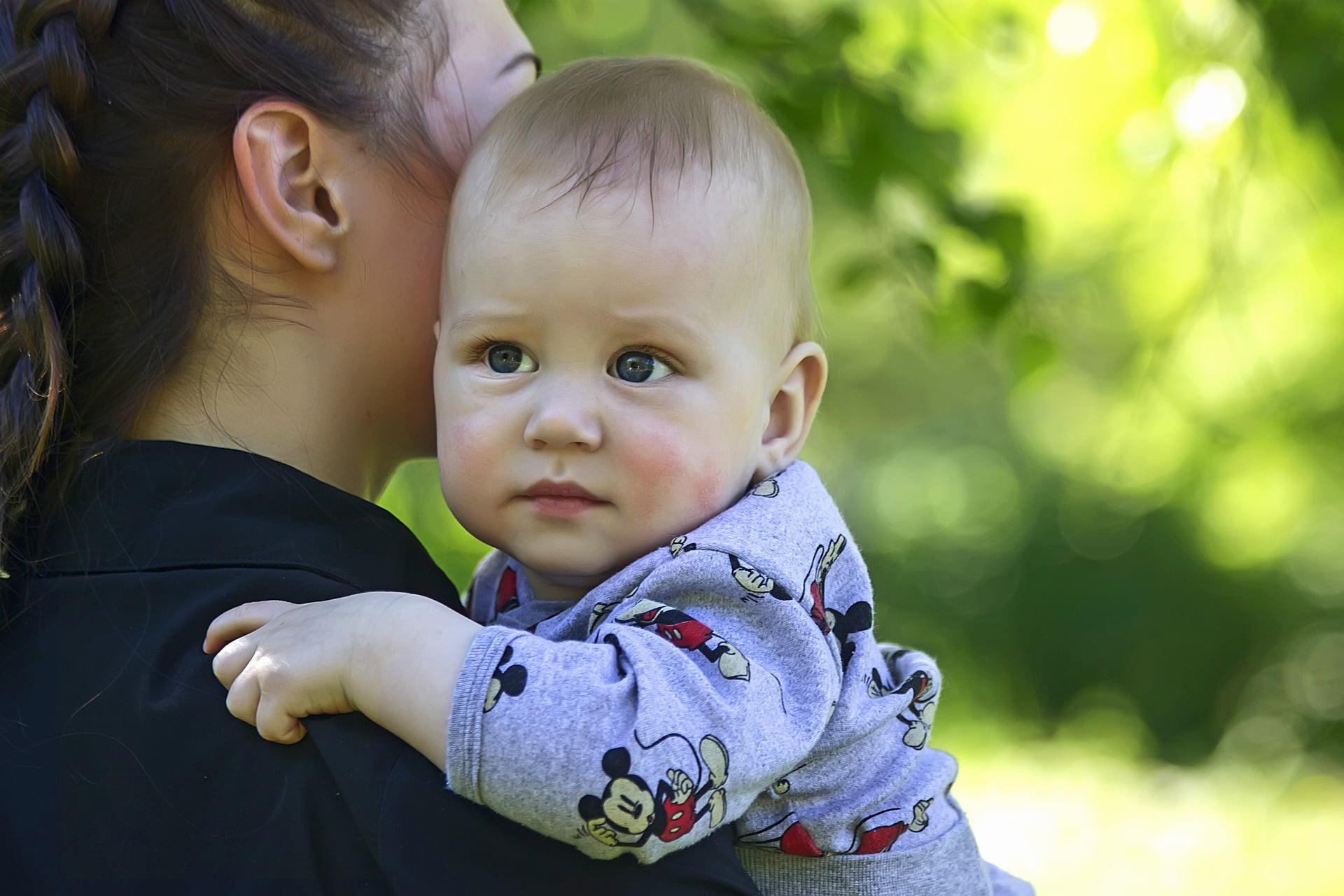 Copilul dependent de mamă. Ce să faci când copilul nu se desparte de tine