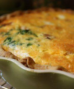 Plăcintă cu șuncă și spanac, aromată cu brânză cu mucegai