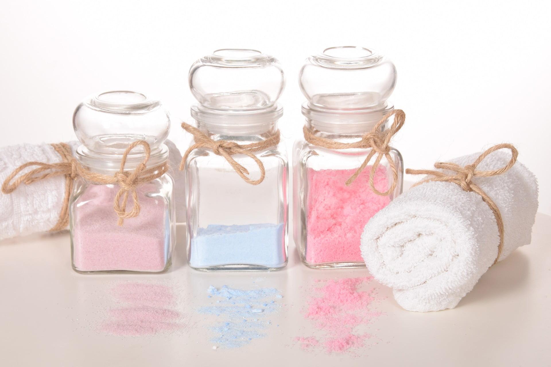 Beneficiile sării de baie pentru piele: calmează, vindecă, răsfață