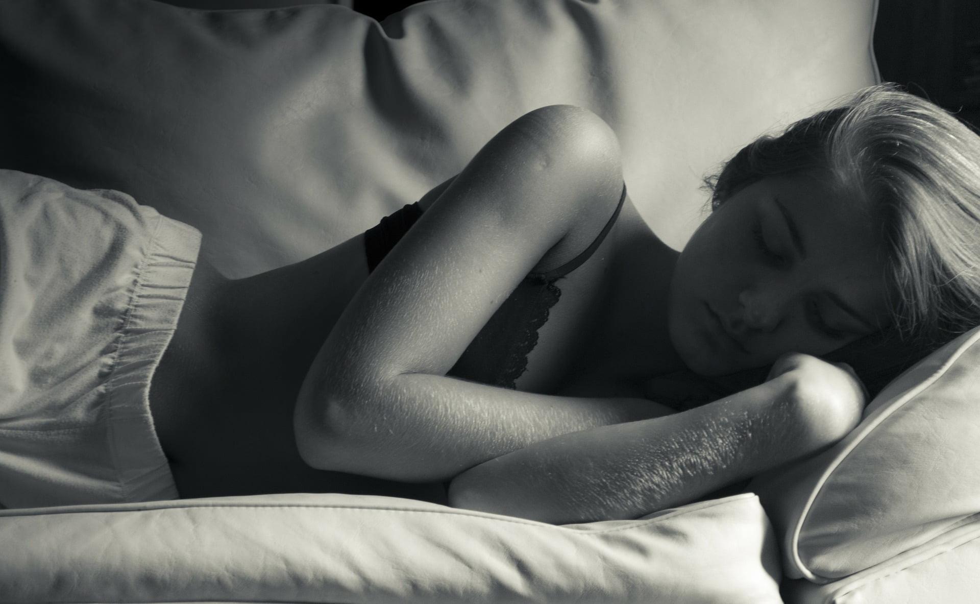 Somnul în nopțile caniculare este un chin, iar aerul condiționat nu este cea mai sănătoasă opțiune.