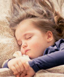 Copilul refuză somnul. Iată 10 cauze posibile