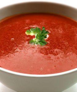 Supă de roșii proaspete cu aromă de busuioc și parmezan
