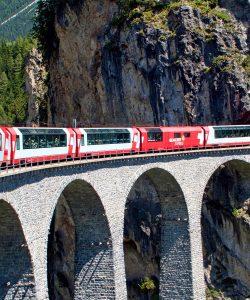 Cu trenul în vacanță. Locuri de poveste pe care le poți descoperi într-o călătorie feroviară