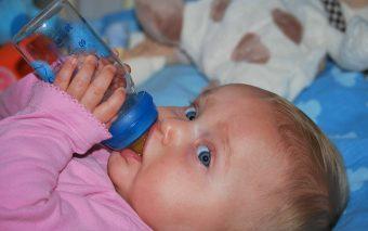 Ce faci când bebelușul refuză biberonul. Sfaturi de care să ții cont