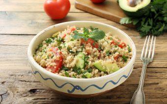 Salată de avocado, afine și quinoa. O combinație unică de arome