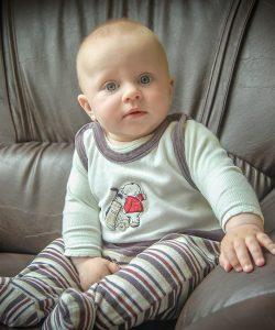Tu știi care este vârsta la care bebelușii stau în șezut?