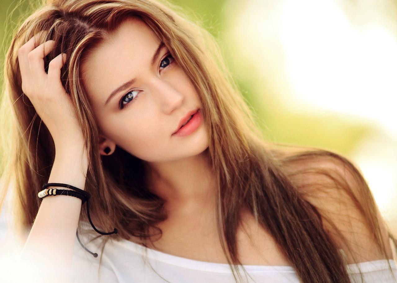 Tratamente naturiste pentru căderea părului: de la nutriție la măști naturale.