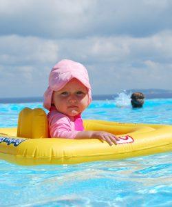Copilul la piscină. De când îl iei cu tine?
