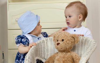 Hopa sus, pui de urs! Vârsta la care bebelușii stau în șezut