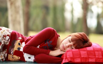 Vrei să afli care sunt cele mai sănătoase poziții de dormit?