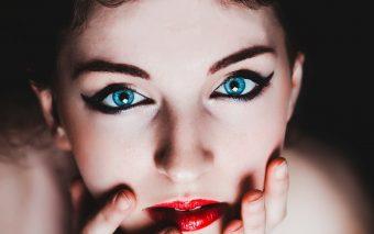 Tratarea punctelor de grăsime de pe față cel mai bine o face cosmeticiana, dar se poate realiza și acasă.