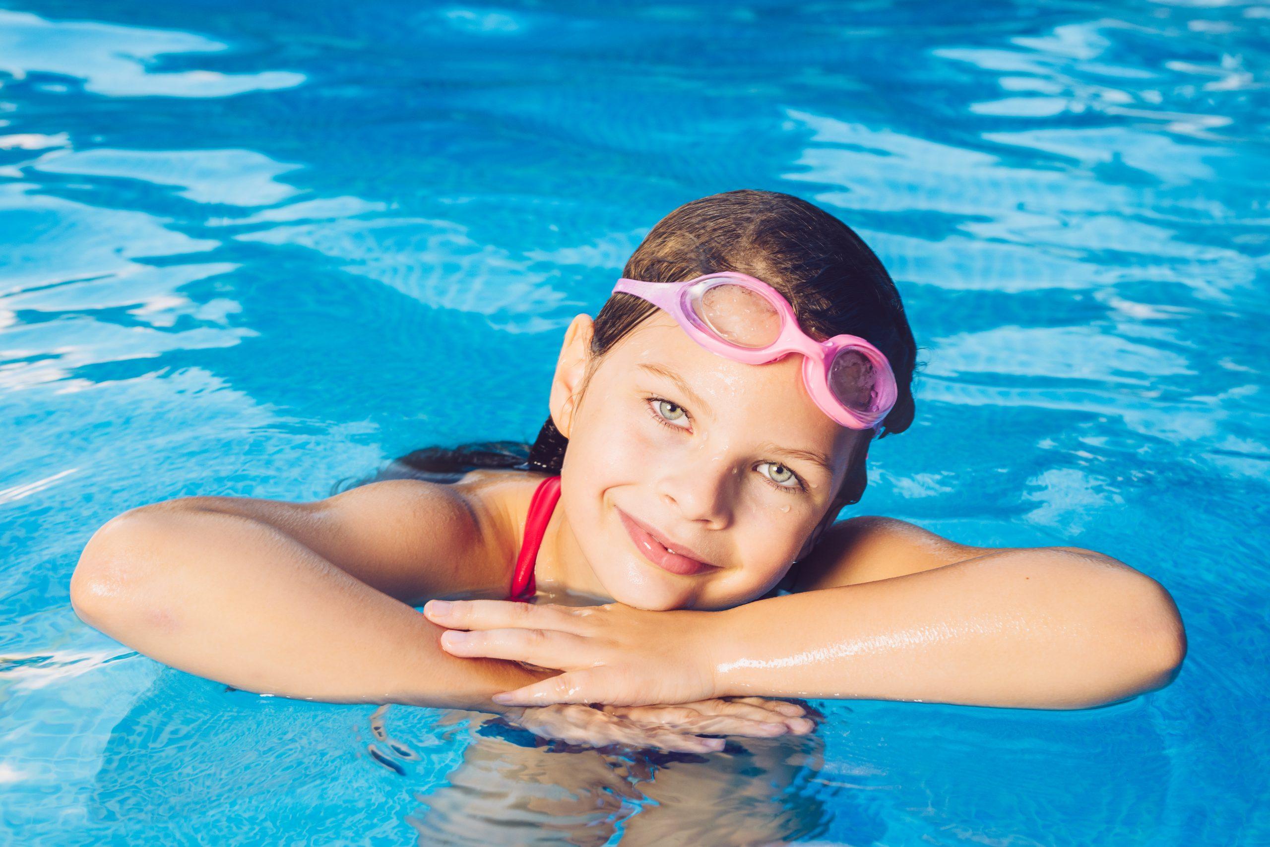 Copilul la piscină. De când să îl iei cu tine?