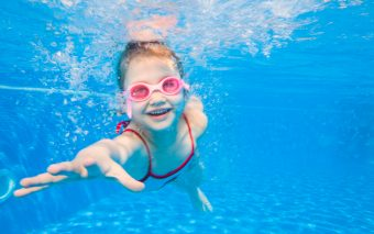 Vârsta potrivită la copii pentru lecții de înot. Când e mai bine?