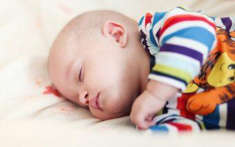 Când îi dai apă unui bebeluș? Niciodată înainte de vârsta de șase luni!