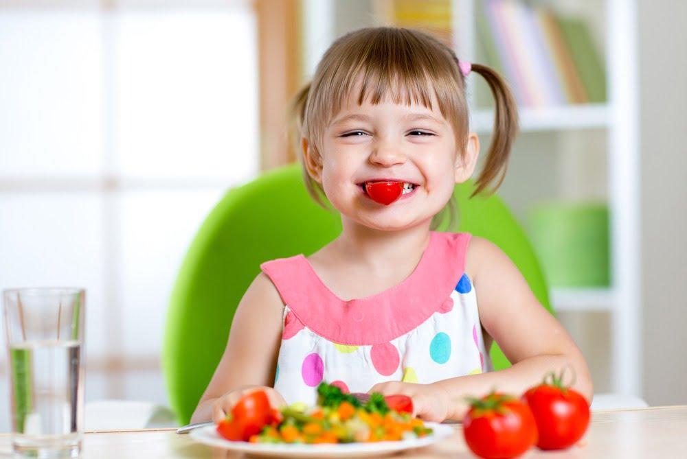 5 obiceiuri alimentare greșite pe care să nu le transmiți copiilor
