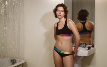 Calvin Klein sărbătorește momentele definitorii ale călătoriei LGBTQIA + cu campania #proudinmycalvins