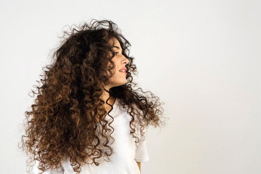 Părul la soare. Cum să îl protejăm și cum să îl îngrijim?