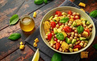 Salată cu avocado: completă, simplă și sățioasă. O salată plină de arome