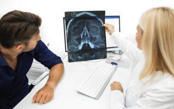 De ce trosnește maxilarul? Ce este disfuncția ATM?