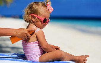 Cum să protejezi pielea copiilor de acțiunea soarelui? Ține cont de sfatul medicului pediatru
