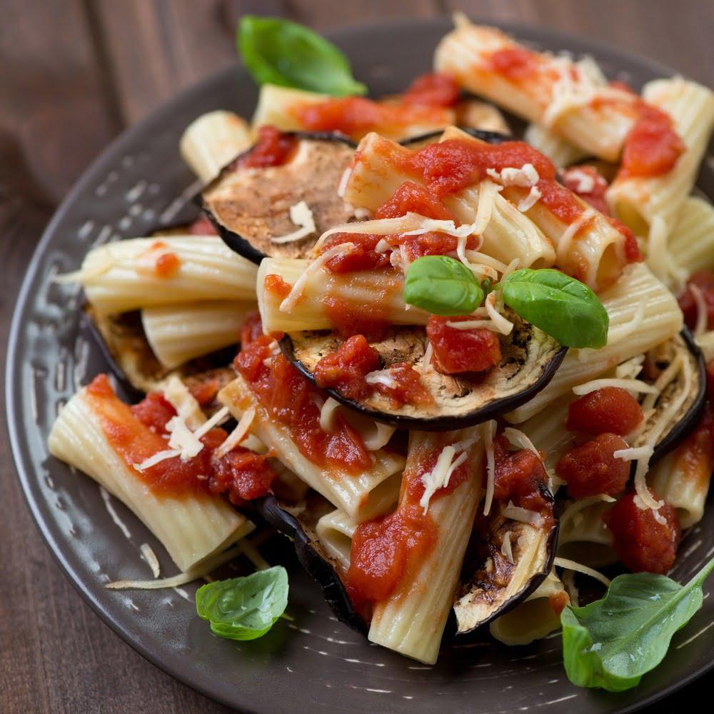 Pasta alla Norma. Rețetă italiană de paste cu vinete și roșii
