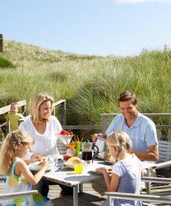 Ce mănâncă copiii în vacanță? 10 sfaturi pentru o nutriție corectă de vară