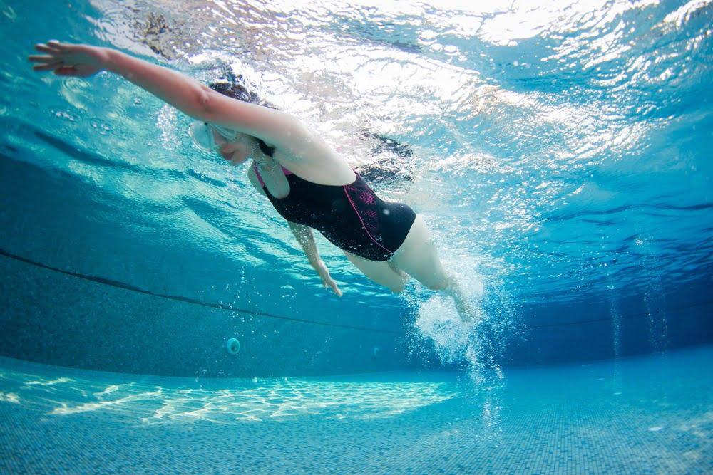 De ce să mergi la înot toată vara? Iată 8 motive pentru care să înoți tot timpul anului