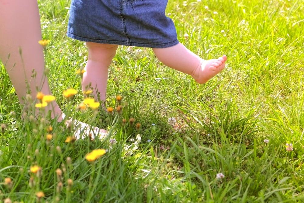 Beneficiile mersului desculț pentru copii și adulți