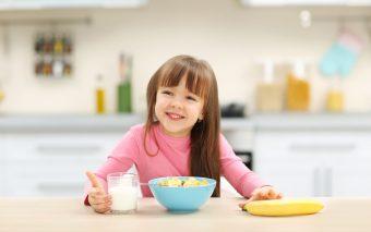 Mic dejun pentru copilul școlar. Ce îi oferi dimineața?
