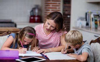Cum ajuți un copil la teme? Iată 6 tehnici eficiente!